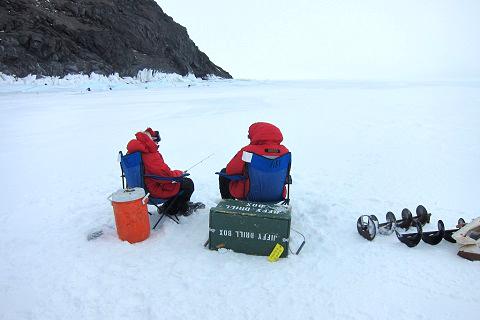 Attivià di pesca sul lago ghiacciato